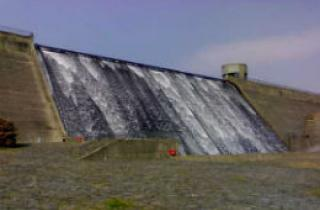 Llys y Fran Dam wall with water overflowing
