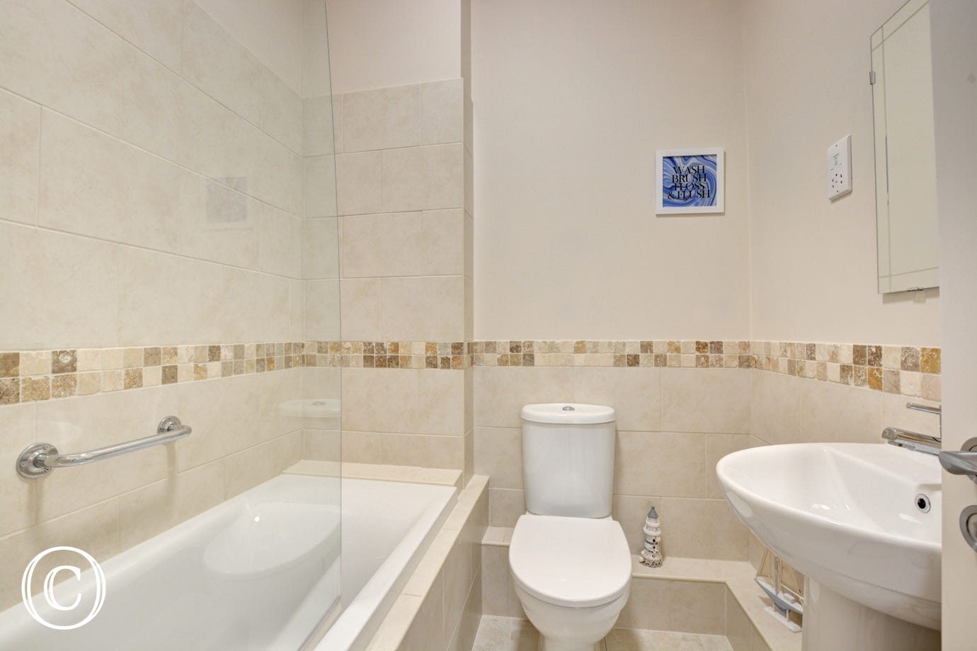 Family bathroom with bath toilet & wash basin - Holiday Apartment in Tenby
