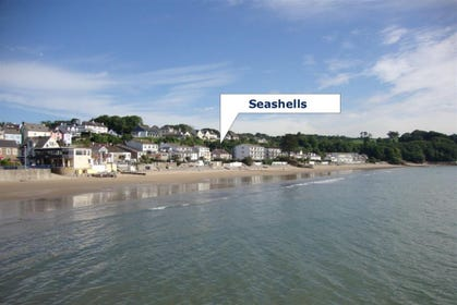 The position of this beach side holiday apartment with parking, sleeps 5, in Saundersfoot.